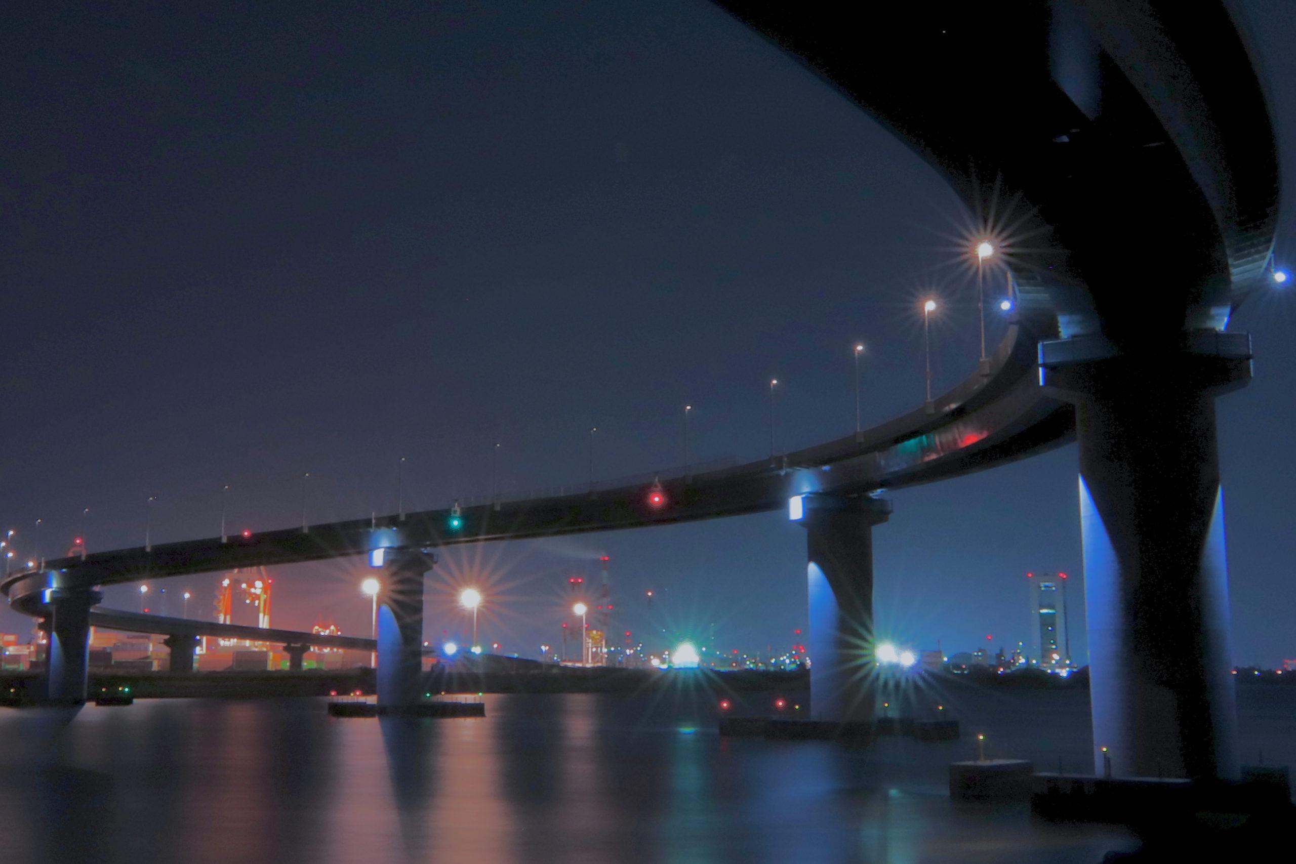 2018年4月に開通した霞4号幹線(四日市・いなばポートライン)は美しいS字カーブの夜景が人気の撮影スポットです。