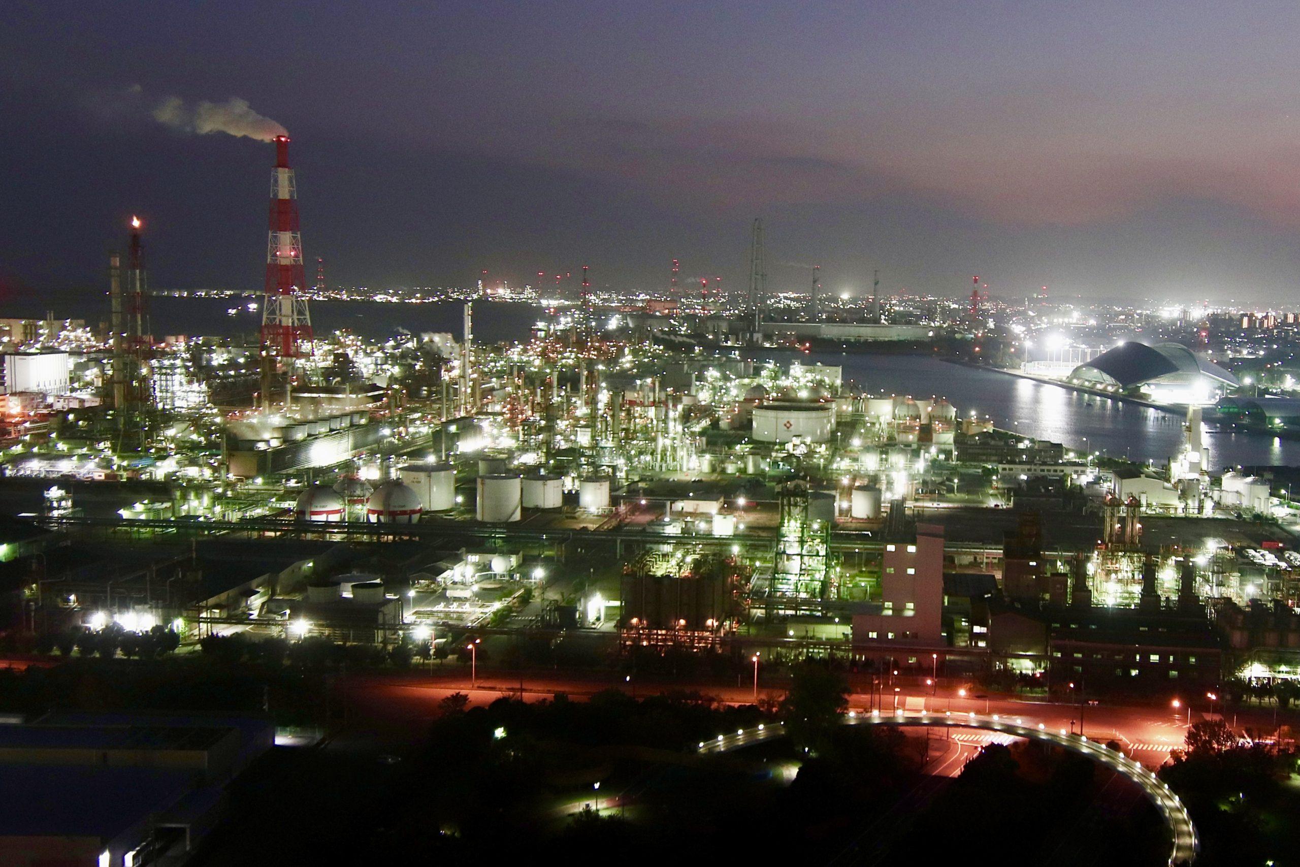ポートビル14階の展望展示室「うみてらす14」は、昼は鈴鹿山脈からセントレア、名古屋方面まで見渡せ、夜は全国的にも有名になった四日市港の夜景が一望できる、すばらしい観光スポットです。